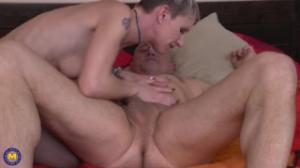 Vieja blanquita se masturba y graba un vídeo porno para subirlo a la web y ser follada