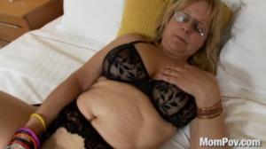 Abuela puta busca consuelo después de divorciarse y se folla a sus dos nietos y hace un trío xxx