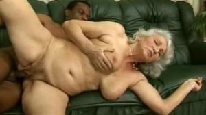 Abuela de 92 años mamando una verga con alegría