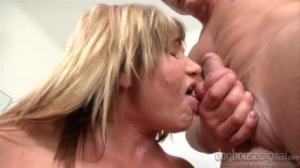 Abuela seduce con hilo rojo a su vecino hasta follar