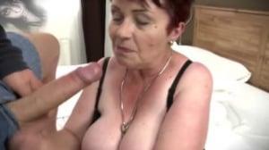Mujeres desnudas que limpian y se masturban