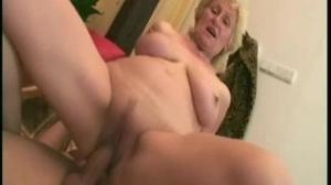 Abuela hace un trio con su nieta pervertida
