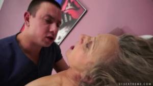 Cuatro viejas putas tetonas y nalgonas graban escenas xxx y las juntan para hacer un vídeo porno