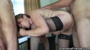 Una pareja con una madura disfruta más en un trío sexual