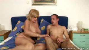 Vieja conservada le da lecciones de sexo a un joven que quería placer