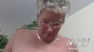 A éste joven le encantan las viejas sexys como la que tiene en casa