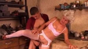 Abuela cachonda tiene sexo duro en la piscina