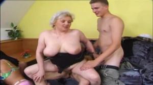La suegra se masturba y le pide que la ayude a masturbarse
