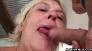 A esta abuelita le encanta meterse el dedo en la chocha