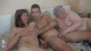 Esta abuela quiere participar en una sabrosa sesión en grupo