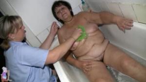 Gisele va a bañar a una vieja desnuda y le enjabona el coño