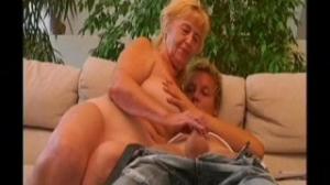Pilla a su nieta masturbandole y se lanza a comerle el coño