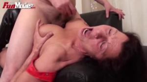 Abuela tejiendo una sabana para después ponerse en cuatro patas