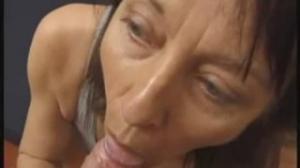 Esta suegra no se resiste a follar con el marido de su hija en casa