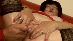 Vieja le encanta recibir una mamada de tetas para ponerse cachonda