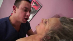 Él despierta a su suegra follándosela en la cama con placer