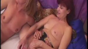 Este par de lesbianas maduras se acarician y disfrutan del sexo