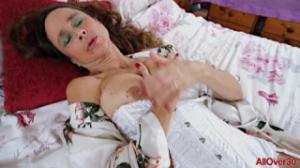 Josie es una mujer vieja que se masturba muy bien en la cama