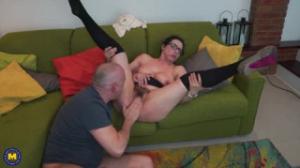 A esta mujer madura le encanta que le metan el pene por la chocha