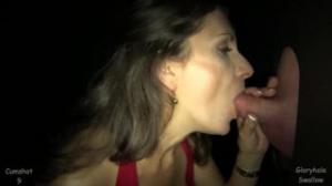 La primera visita de esta mujer madura a un agujero misterioso