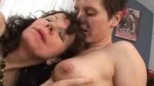 A las lesbianas maduras les encanta pasar un buen rato follándose