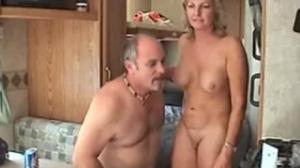 Esta mujer madura deja que dos viejos la chinguen muy bien