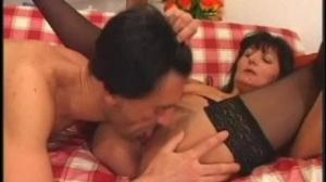 Este hombre saborea la vagina de una morena madura y cachonda