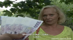 La vieja lo muestra todo por un poco de dinero en efectivo