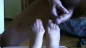 Los pies de esta vieja cachonda sirven para hacer una paja