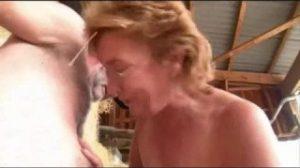 Esta vieja se pone a follar con un amigo en medio de un pajar