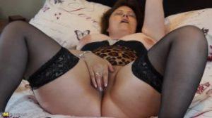 Tan madura como sensual para masturbarse en la cama con placer