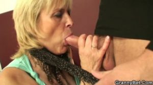 Un joven convence a la abuela para mamarle el pene con pasión