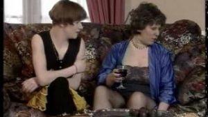 Una vieja con una lesbiana un poco más joven haciendo el sexo