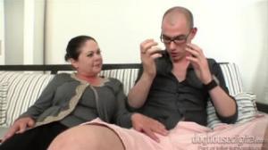 Este joven se masturbaba y la suegra lo sorprende viendo Bangbros