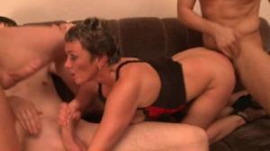 Helen está entre varios hombres de Sex Mex que la sodomizan