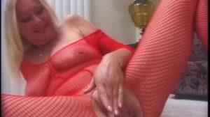 Nada se ve mejor que la chocha de esta vieja al masturbarse
