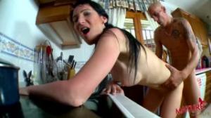 Esta mujer madura quiere que la follen en la cocina de fakings
