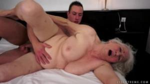 Un jovencito planchando las arrugas más calientes en toro porno