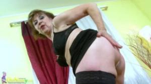Esta abuela de pornotube se la pasa muy bien tocándose el culo