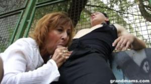 Esta abuela de muyzorras quiere pervertir a un chico que juega al basket