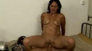 Ella es una madura de don porno que adora besar culos de hombres