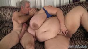 Mandy Majestic es una Milf gorda que adora a los viejos de serviporno
