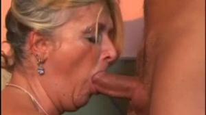 Una abuela rubia de gonzoxxx que quiere mamar un pene duro