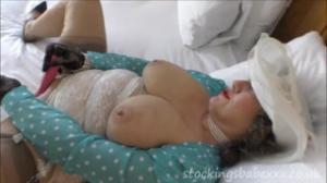 Nadie pensaba que la abuela era tan cachonda al tocarse con putalocura