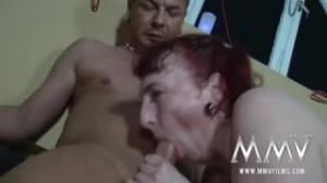 Una pelirroja madura y una joven se entregan en este porno tube