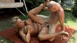 Antes de almorzar hace el sexo romantico al aire libre con la suegra