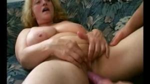 Excita a esta anciana de xnxx dándole masajes muy sabrosos en los pies