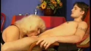 Vieja pervertida de tushy mamando el pene de un chico muy curioso
