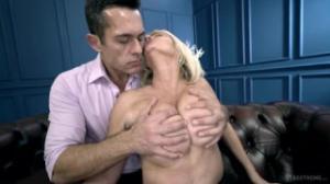 Parece que a esta rubia le interesa hacer el sexo en pornhub
