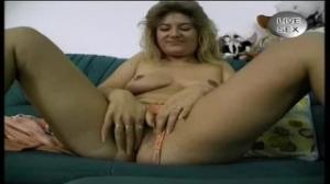 Todo lo que quiere esta madura es complacerse en una pelicula porno